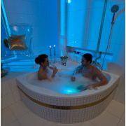 Акриловая ванна NewDay 150x150 в интерьере с хромотерапией